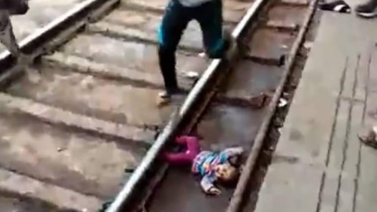 Bebé en medio de las vías